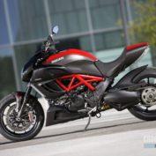 Ducati-Diavel-Carbon-2011-photo